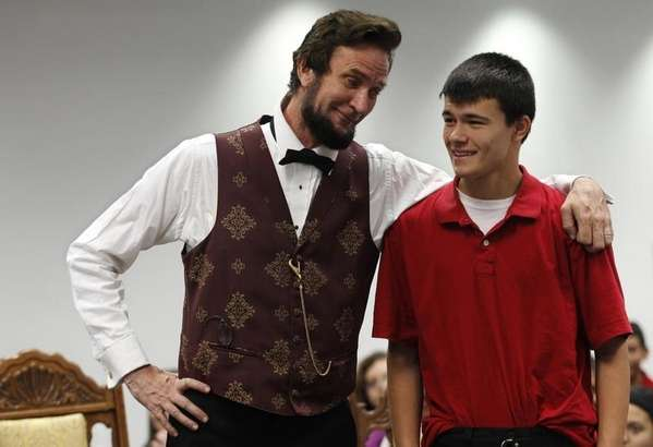 Actor Michael Krebs                   presents Abraham Lincoln in school assembly education                   program